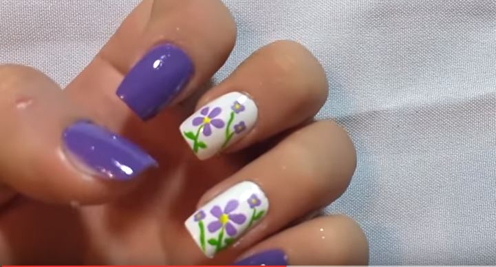 pintar uñas flores moradas