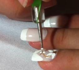 puntitos uñas flores