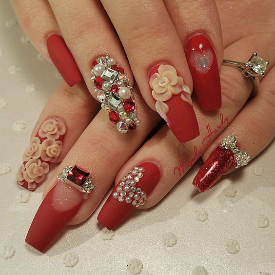 decoracion de uñas en rojo