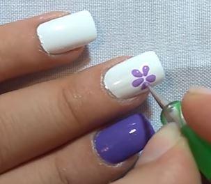 uñas flores moradas
