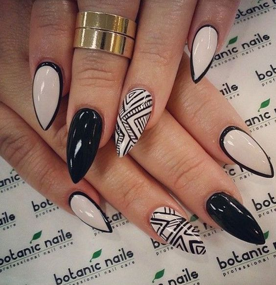 decoracion uñas puntiagudas
