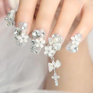Diseños de uñas acrílicas con piedras de cristal