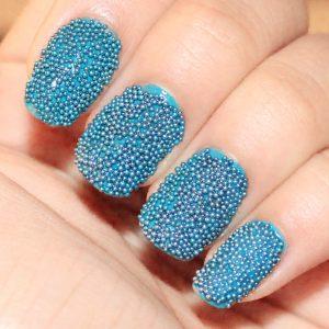 Decoración de uñas al estilo caviar azules