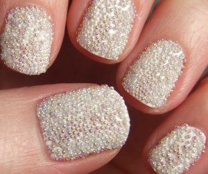 Decoración de uñas al estilo caviar blancas