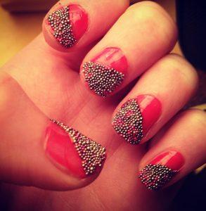 Decoración de uñas al estilo caviar dorada y roja