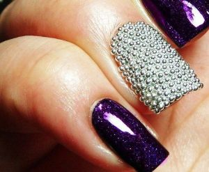 Decoración de uñas al estilo caviar moradas y plateadas