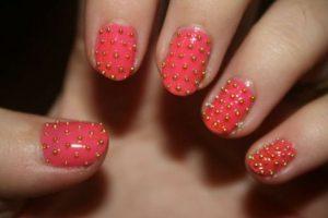 Decoración de uñas al estilo caviar rojo y dorado
