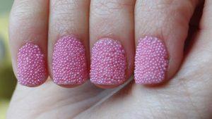 Decoración de uñas al estilo caviar rosa