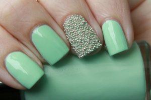 Decoración de uñas al estilo caviar verde