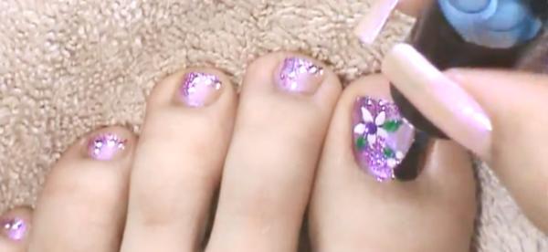Diseños florales para las uñas de tus pies .