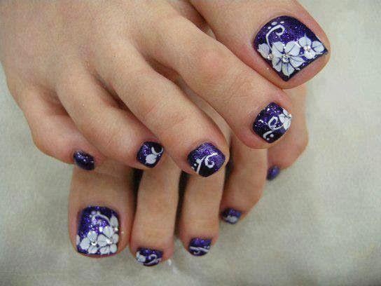 Diseños florales para las uñas de tus pies  en color morado