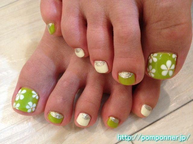 diseño floral para las uñas de los pies en colores verde y blanco