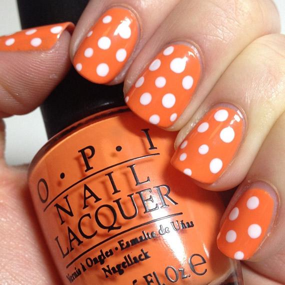 nail-art-en-color-naranja-con-puntos-blancos