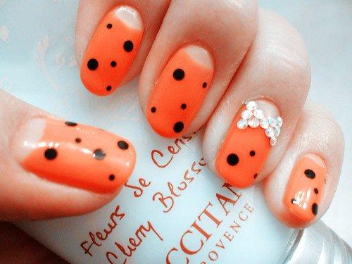 nail-art-en-color-naranja-con-puntos-negros