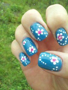 decoracion-de-unas-con-puntos-y-flores-en-azul