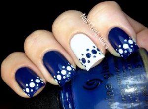 diseno-de-unas-en-puntos-y-flores-en-azul