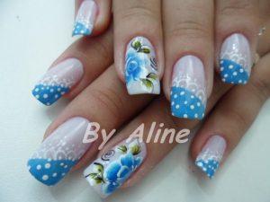 unas-decoradas-en-puntos-y-flores-en-azul