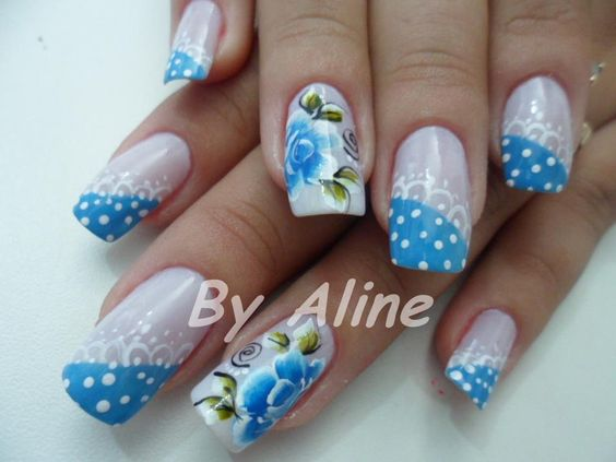 Uñas Decoradas En Puntos Y Flores En Azul Diseños De Uñas
