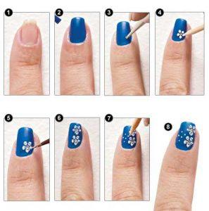 unas-en-creacion-con-puntos-y-flores-en-azul