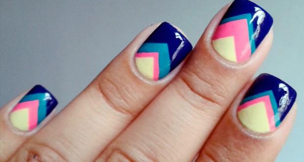 Diseño de uñas en formas geométricas en tonos pastel azul