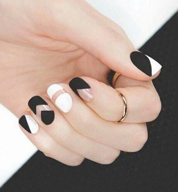 Diseño de uñas en formas geométricas en tonos pastel blanco y negro