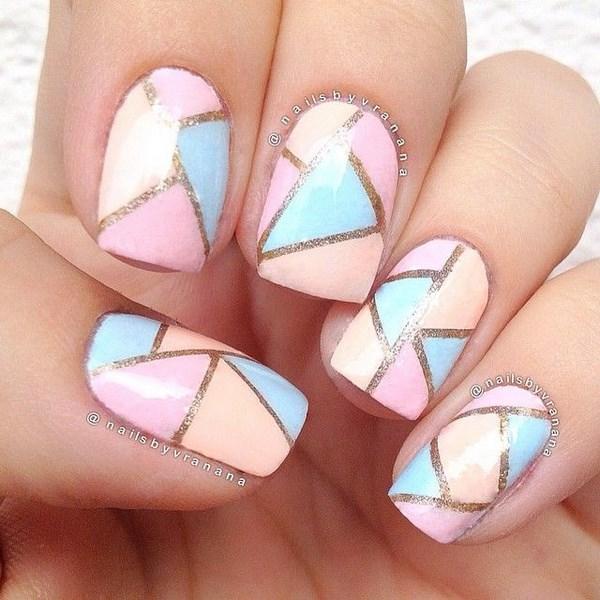 Diseño de uñas en formas geométricas en tonos pastel
