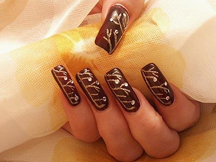 nail-art-tonos-cafes-maquilladas-con-piedras