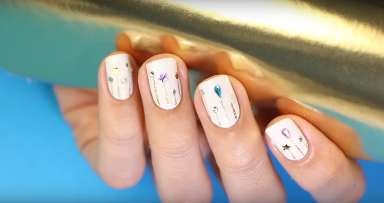 """Decoración de uñas """"lluvia de estrellas con lentejuelas"""""""