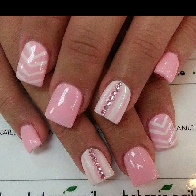 uñas en triangulo rosa