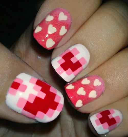 Love nails para el día de San Valentín.corazones pixelados