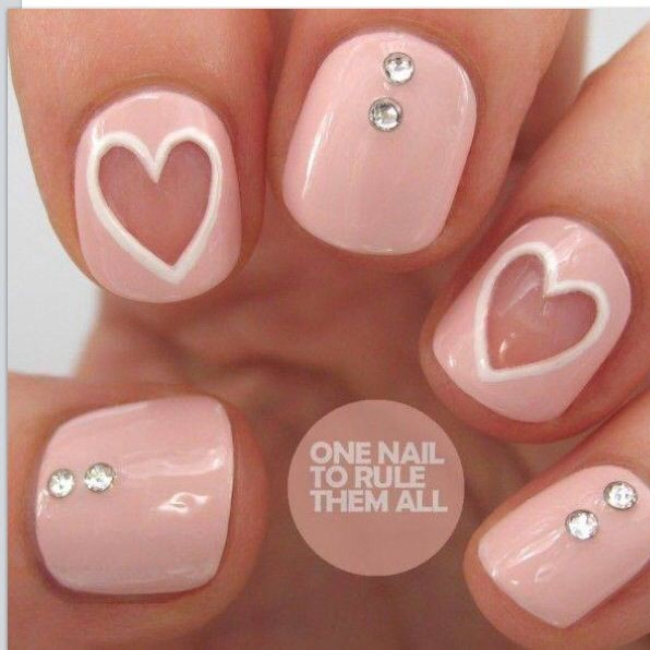 Love nails para el día de San Valentín.corazones rosa y piedras